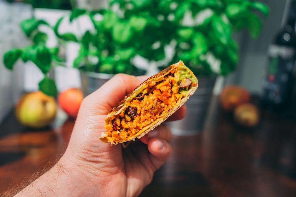Burrito. Halbiert erkennt man die unterschiedlichen Texturen der Füllung.