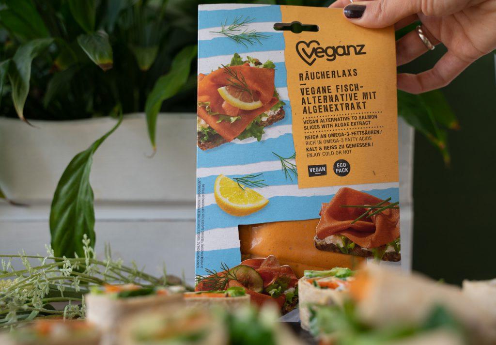 Veganer Räucherlachs kann man als Fertigprodukt von Veganz kosten. Die Preise variieren zwischen 6 und 7€.