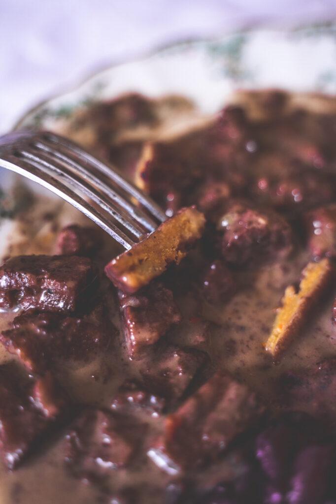 Veganes Gulasch aus Seitan ist nicht besonders faserig, hat aber eine tolle, fleischige Konsistenz.
